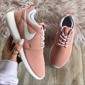 NWT🦄Nike Roshe Pink